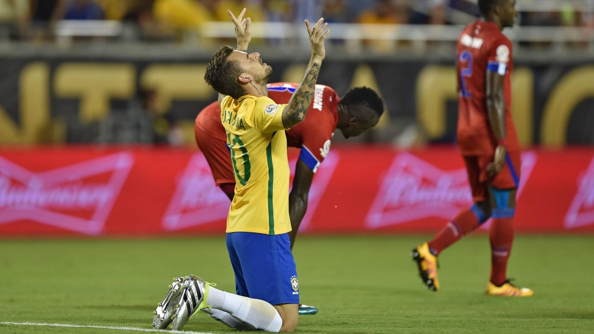 Lucas Lima marca o quinto gol do Brasil diante do Haiti e comemora ajoelhado no gramado