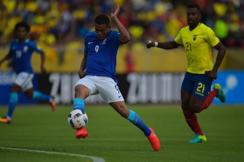 Gabriel Jesus pega mal na bola em finalização contra a meta do Equador pelas Eliminatórias da Copa