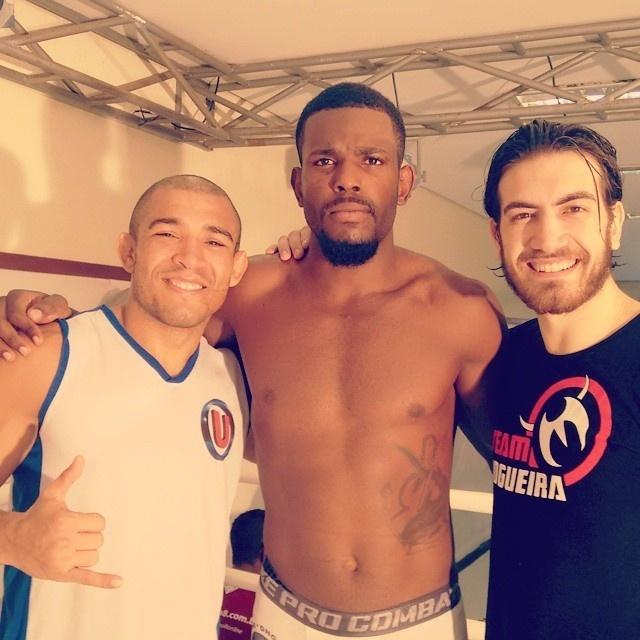 Alcides Nunes (centro) posa com José Aldo e Jonas Bilharinho. Os dois