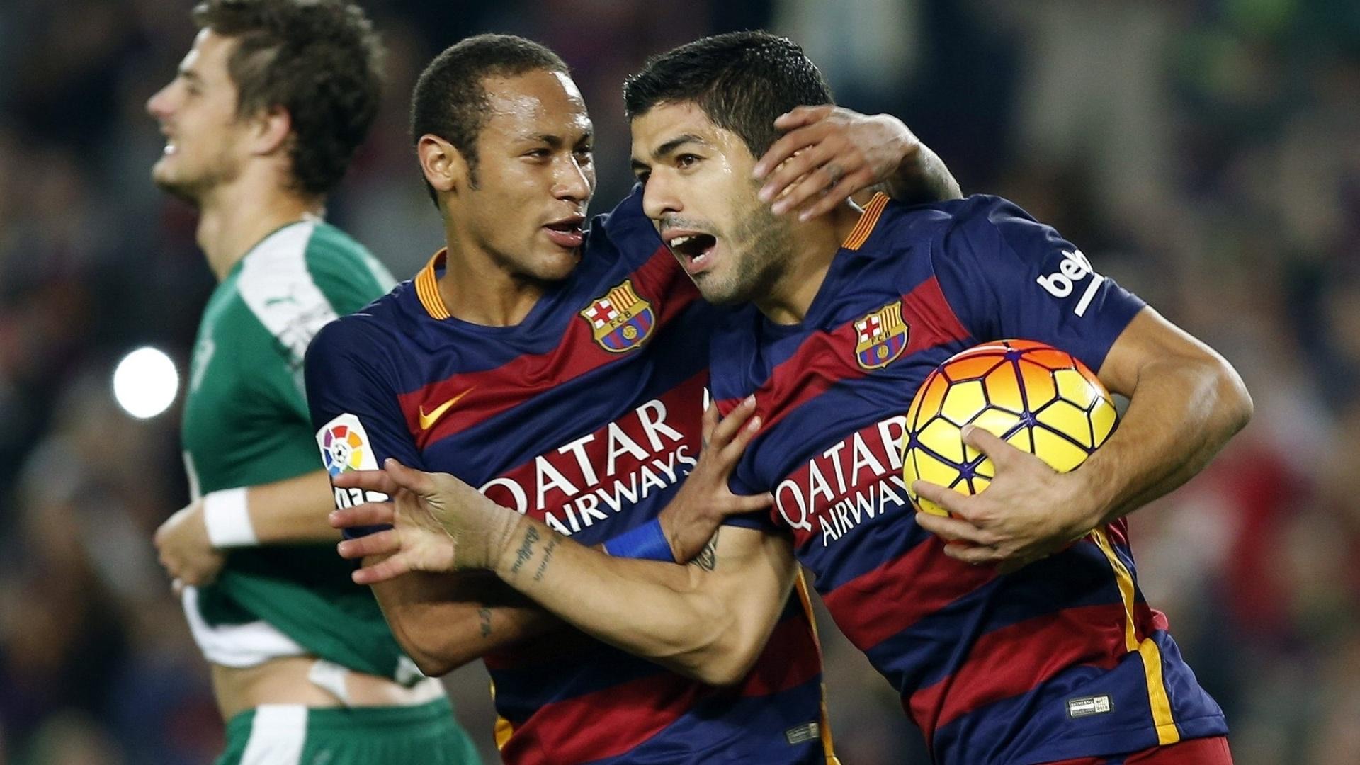 Neymar abraça Suárez após o uruguaio marcar um dos gols do Barcelona sobre o Eibar