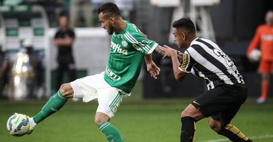 Leandro Pereira protege a bola da marcação de Ricardo Oliveira na partida Palmeiras e Santos, válida pelo Brasielirão