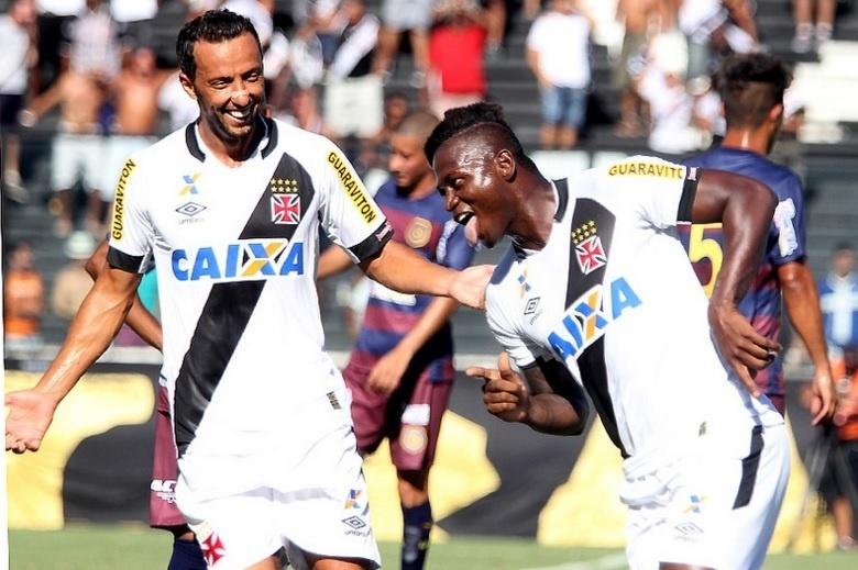 Nenê e Riascos comemoram gol do Vasco contra o Madureira, em São Januário