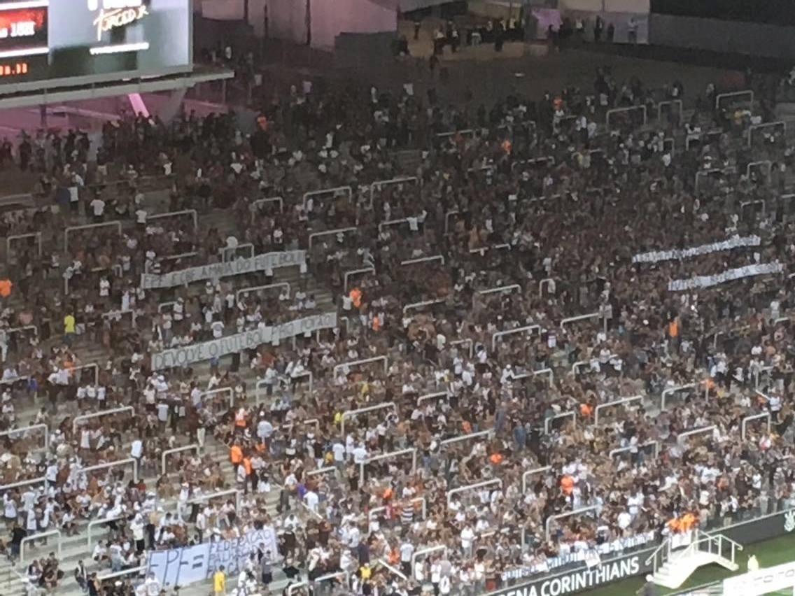 Organizadas se juntam a Gaviões e mantêm protestos na Arena Corinthians