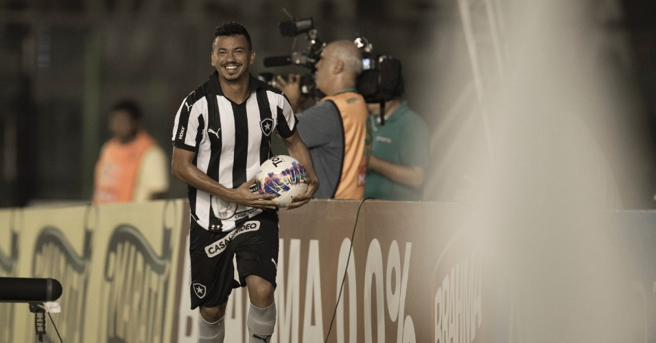 Rodrigo Lindoso comemora para o Botafogo contra o Volta Redondo, no Carioca