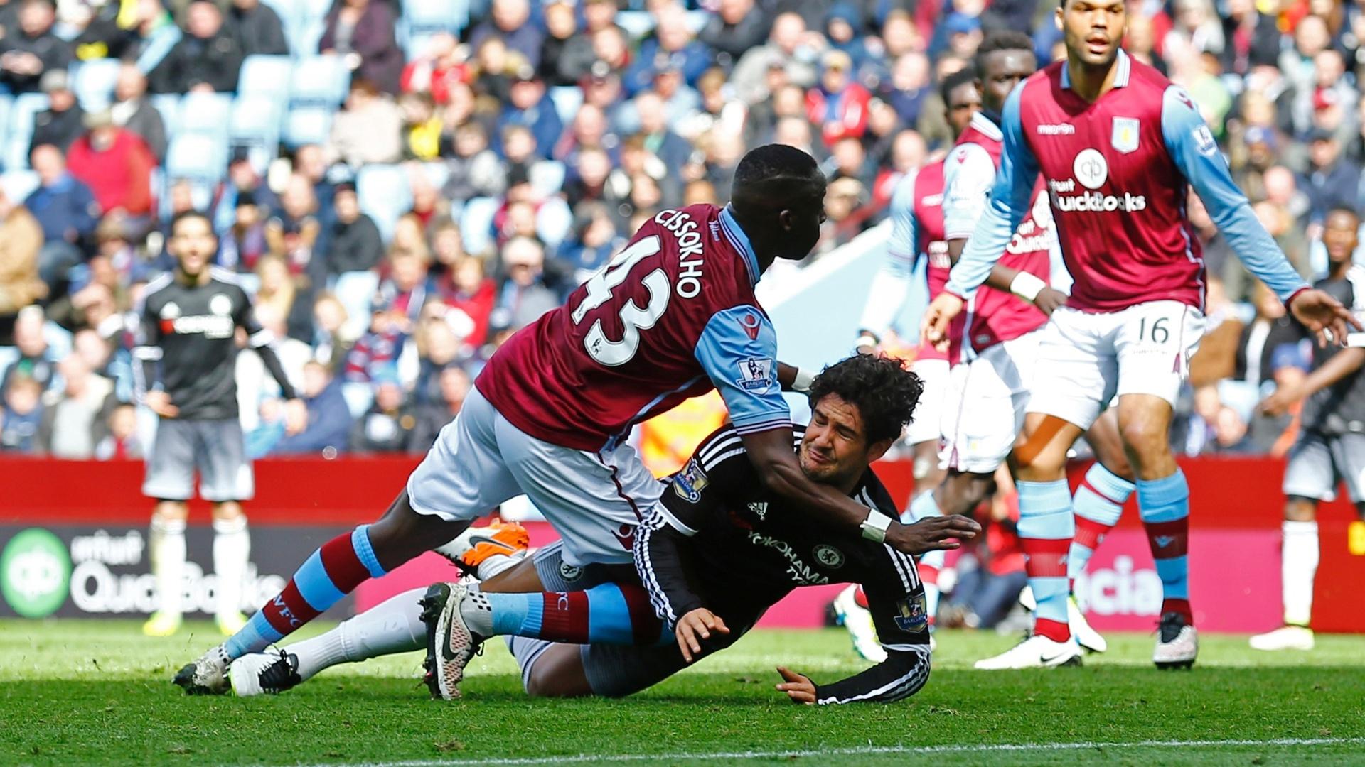 02.abr.2016 - Alexandre Pato, do Chelsea, sofre pênalti de Aly Cissokho, do Aston Villa