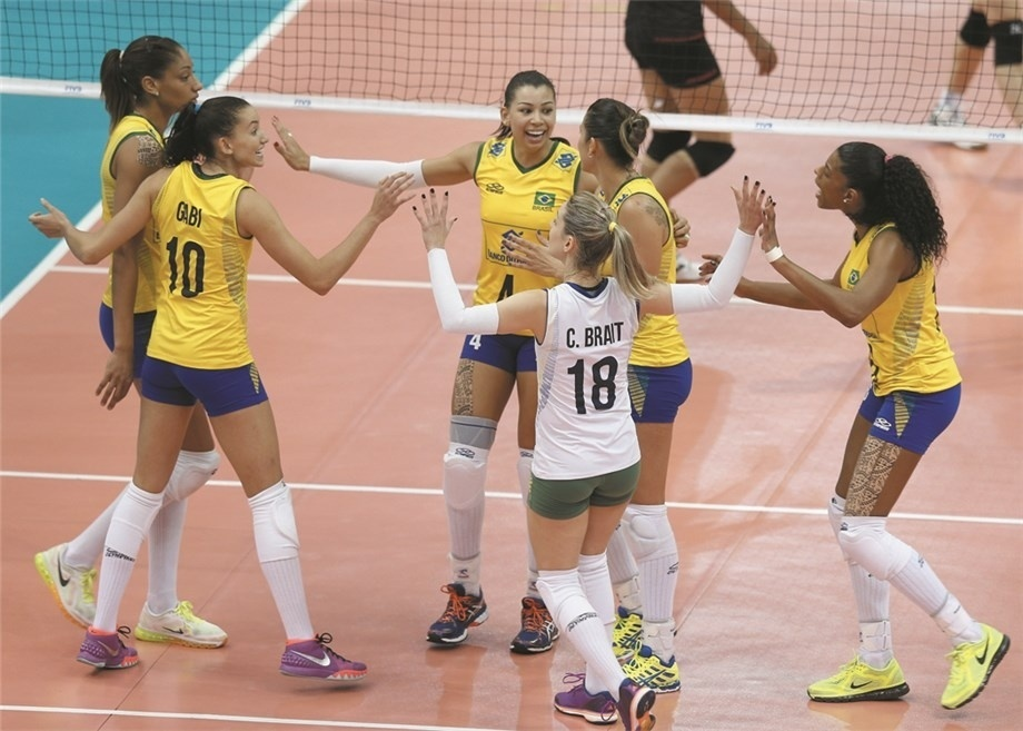 Jogadoras do Brasil comemoram ponto contra a Tailândia em duelo em Bangcoc pelo Grand Prix 2015