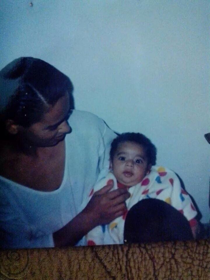 Gabriel Jesus, ainda bebê, no colo da mãe Vera