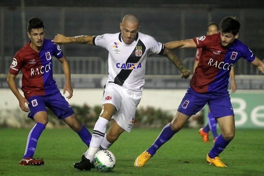 Leandrão carrega a bola no duelo Vasco x Paraná Clube
