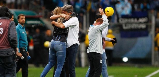 Renato Gaúcho abraça a filha Carol após a classificação para a final da Copa do Brasil