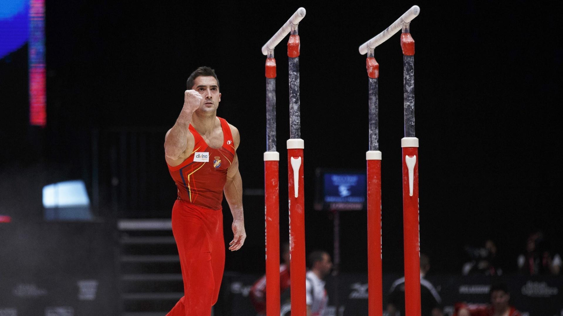 Rubén López, da Espanha, comemora após sua apresentação nas barras paralelas no Mundial de ginástica artística