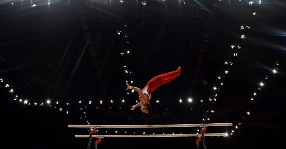 Timothy Tay Kai Cheng, de Cingapura, salta na sua apresentação de barra fixa na eliminatória do Mundial de ginásica artística