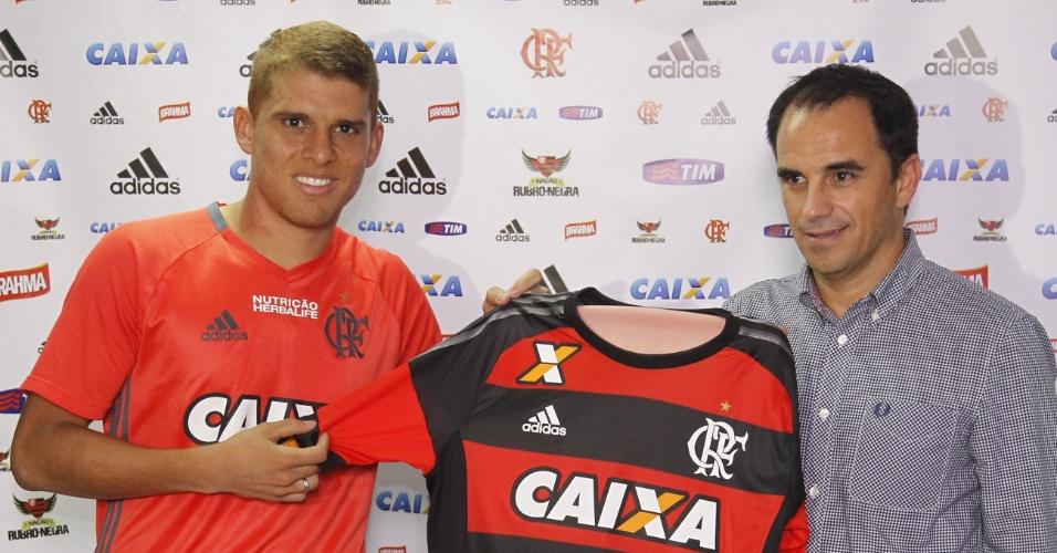 Gustavo Cuéllar é apresentado como reforço do Flamengo; volante assinou por quatro anos