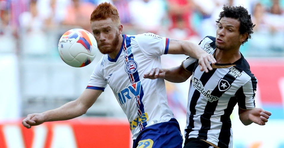 Souza, do Bahia, disputa lance durante partida contra o Botafogo pela Série B na Fonte Nova