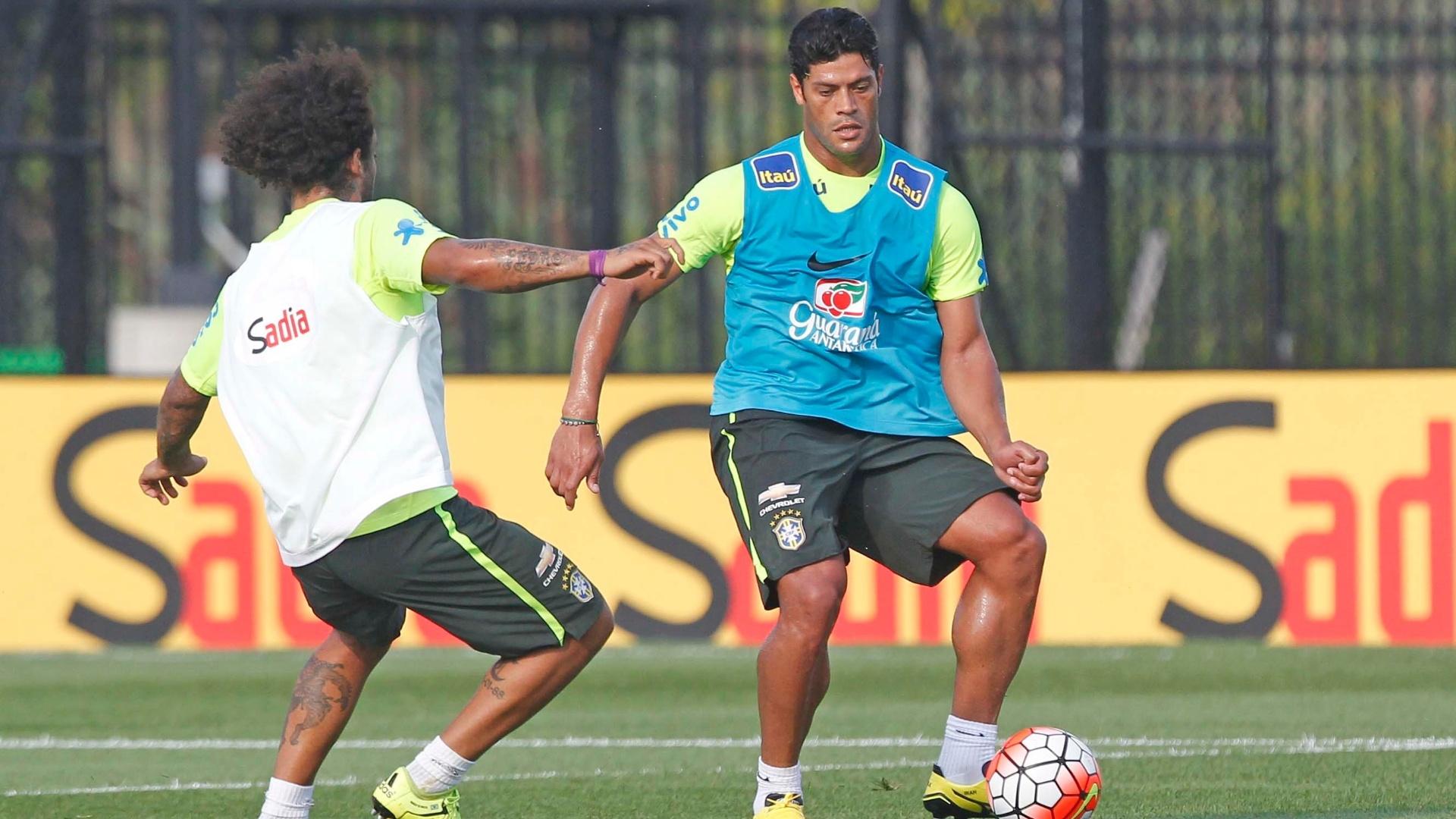 Hulk treina junto com Marcelo na seleção brasileira