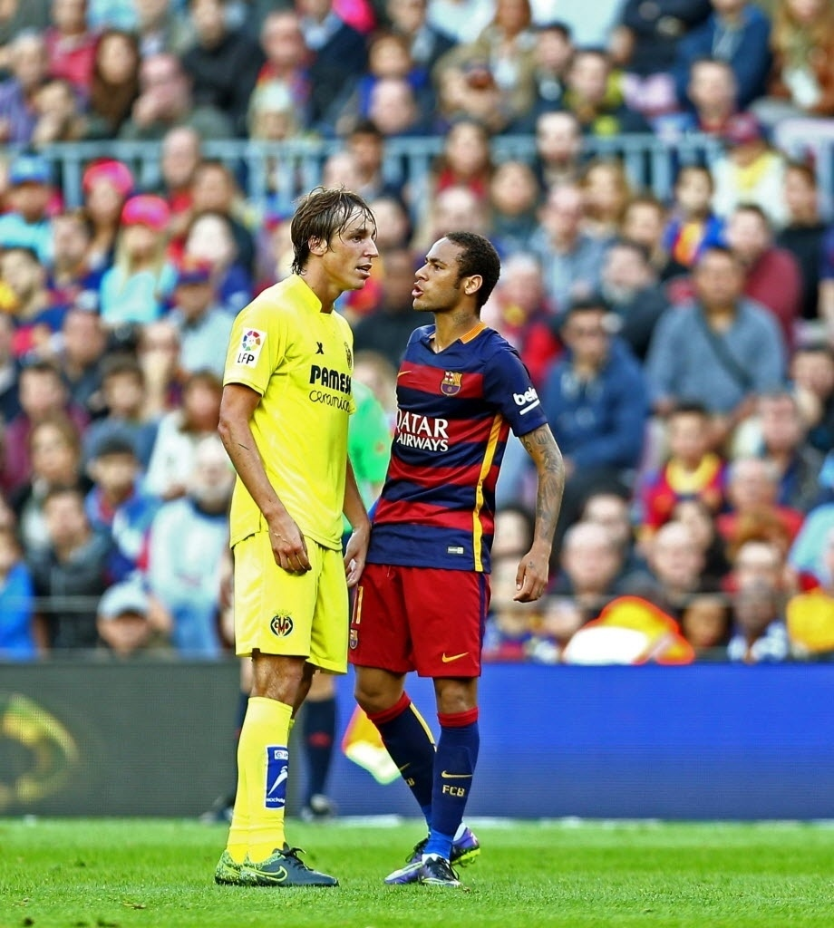 Neymar se estranhou com o Tomas Pina. Brasileiro não gostou de falta cometida pelo atleta do Villarreal e xingou o meio-campista