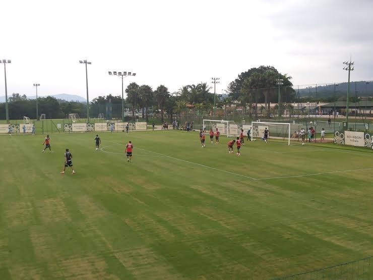 Jogadores do Palmeiras treinam em um dos campos do hotel em Atibaia