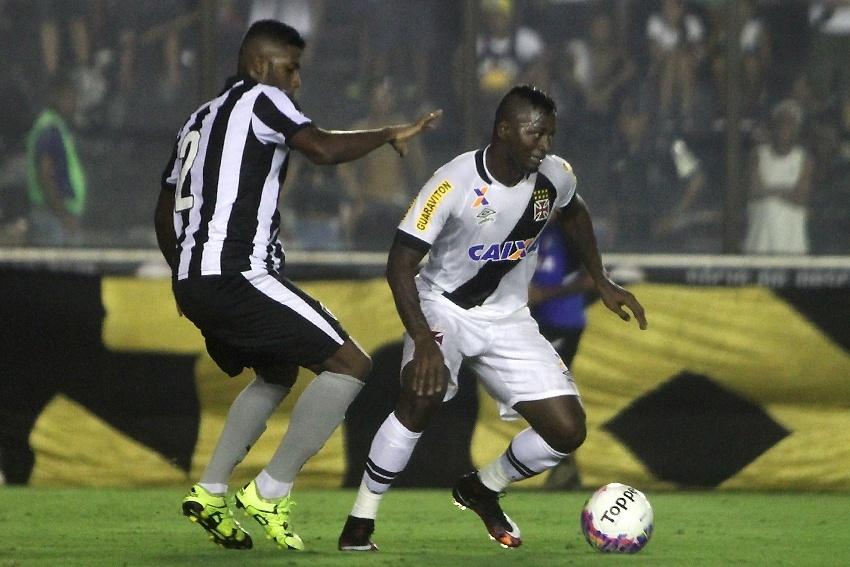 Riascos, do Vasco, tenta escapar da marcação de Emerson, do Botafogo, em partida neste domingo (28), pelo Campeonato Carioca