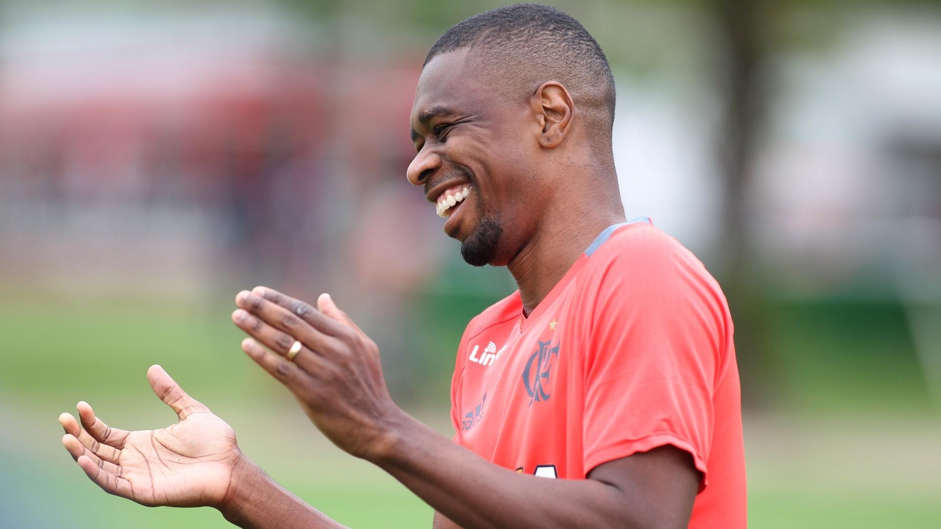 O veterano zagueiro Juan assinou o novo contrato com o Flamengo na última semana
