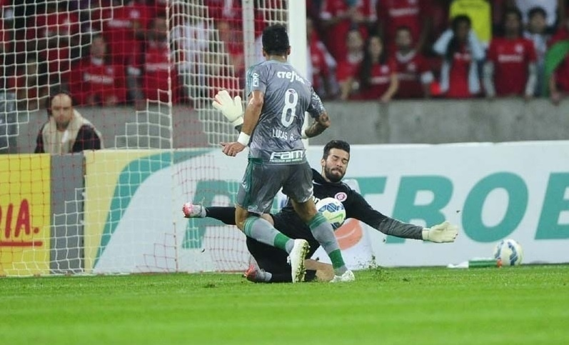 Barrios perde gol cara a cara com Alisson na partida entre Internacional e Palmeiras pela Copa do Brasil