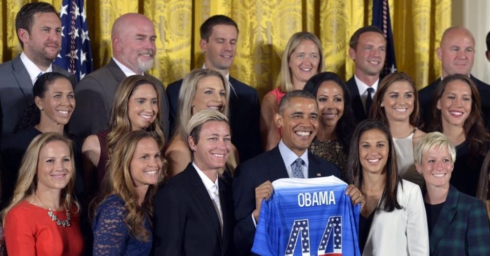 28.out.2015 - Presidente norte-americano Barack Obama recebe a seleção de futebol feminino dos Estados Unidos e cobra medalha de ouro na Rio-2016.