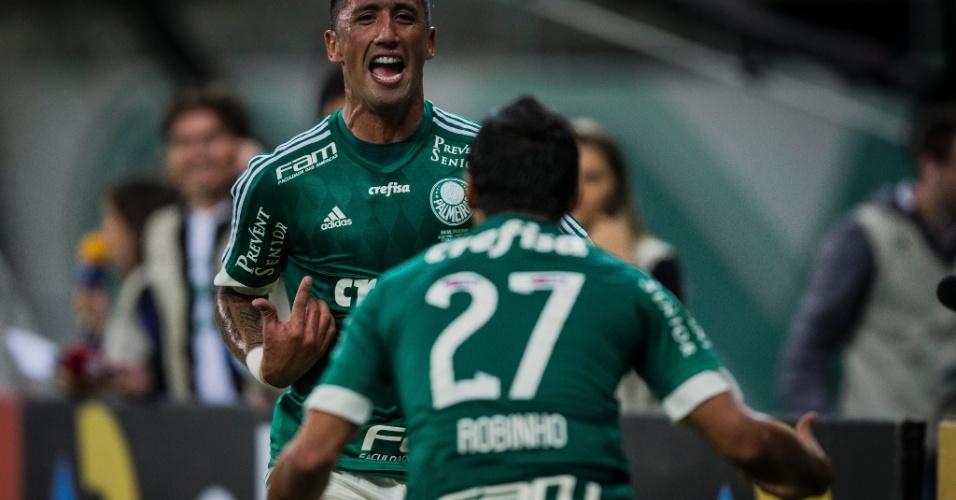 Lucas Barrios comemora com Robinho após abrir o placar para o Palmeiras contra o Fluminense na semifinal da Copa do Brasil