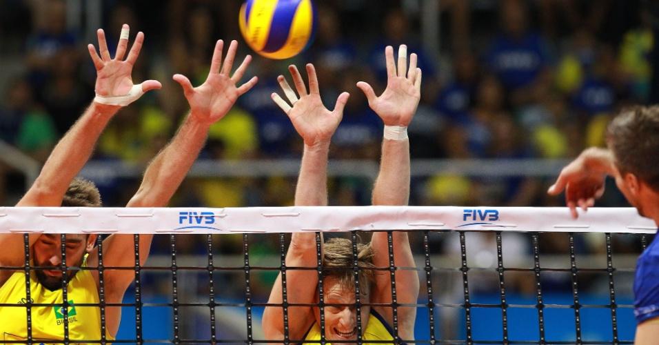 Lucão (e) e Murilo sobem para tentar bloquear ataque francês em jogo da Liga Mundial no Rio