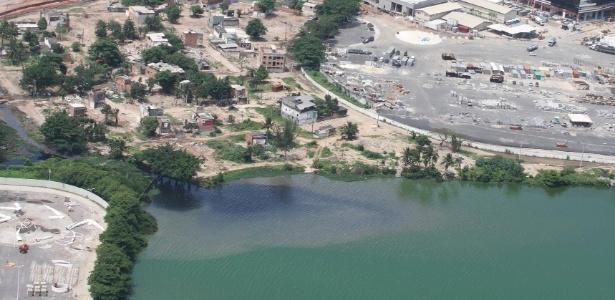 Rio poluído (esq) deságua em lagoa ao lado de obra do Parque Olímpico do Rio
