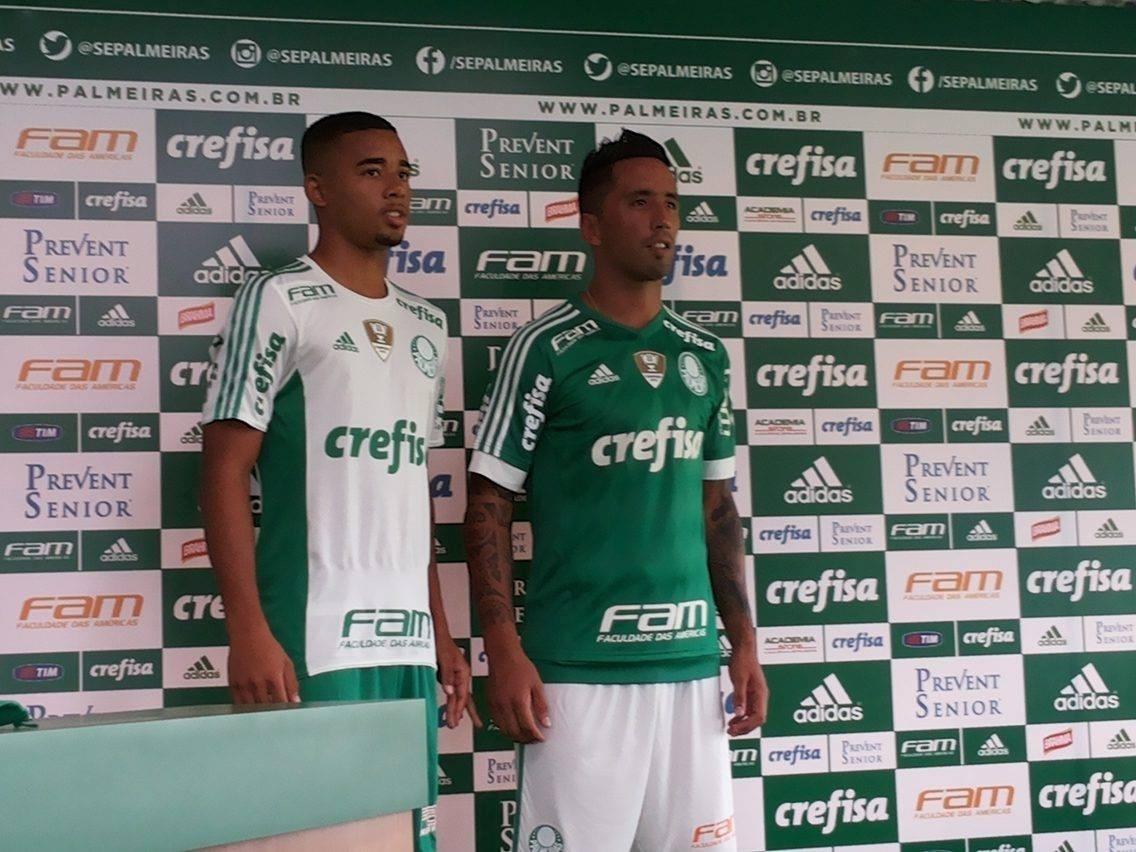 Gabriel Jesus e Barrios divulgam nova camisa do Palmeiras para 2016