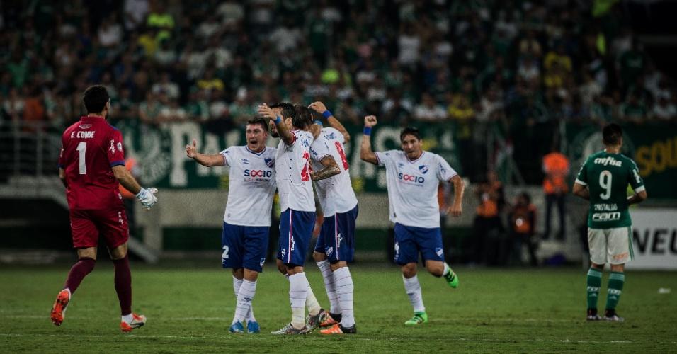Jogadores do Nacional comemoram gol contra o Palmeiras, pela Libertadores