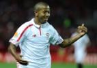 Barça mira brasileiro do Sevilla para vaga de D.Alves. E pode ceder Douglas