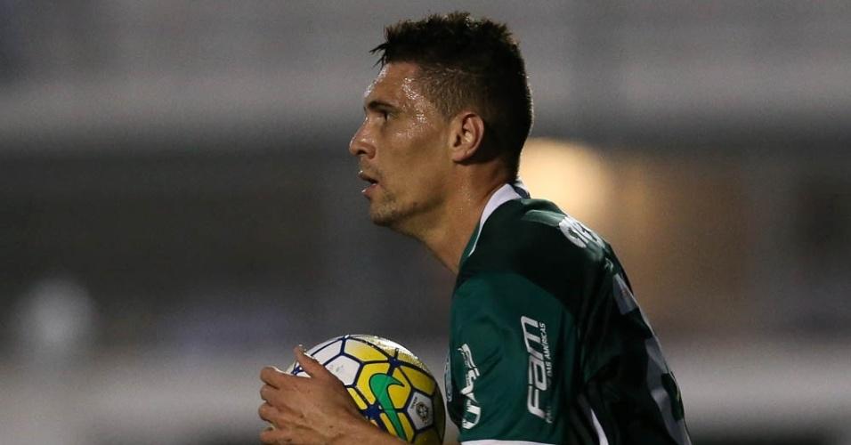 Moisés corre com a bola depois de marcar um gol pelo Palmeiras contra a Ponte Preta