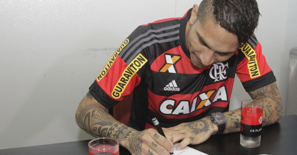 Paolo Guerrero assina contrato com o Flamengo antes de iniciar treinamentos no Ninho do Urubu