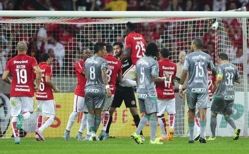 Jogadores comemoram com Alisson após goleiro defender cobrança de pênalti de Lucas Barrios