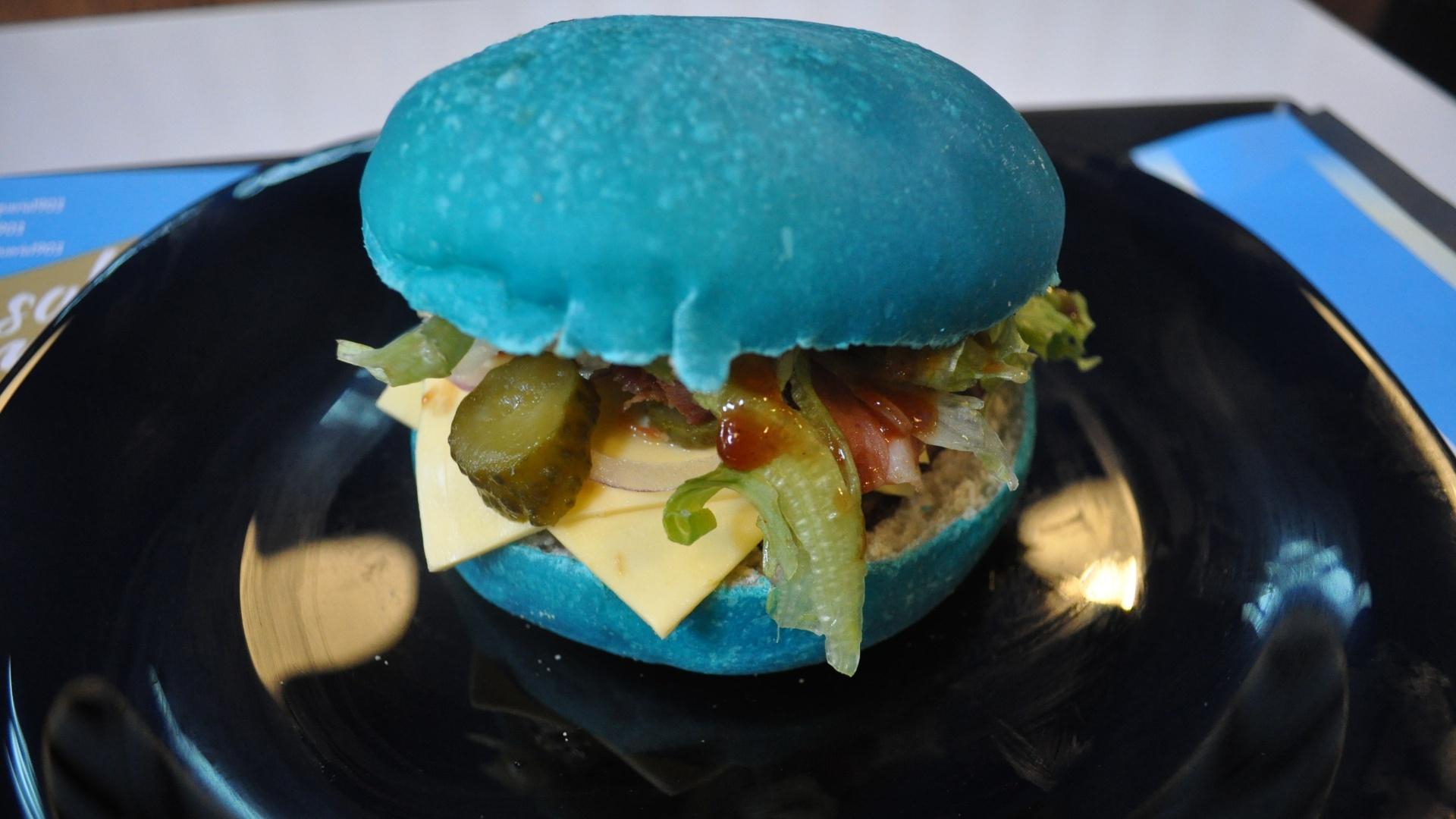 Sanduíche com pão azul é comercializado na lanchonete do Grêmio