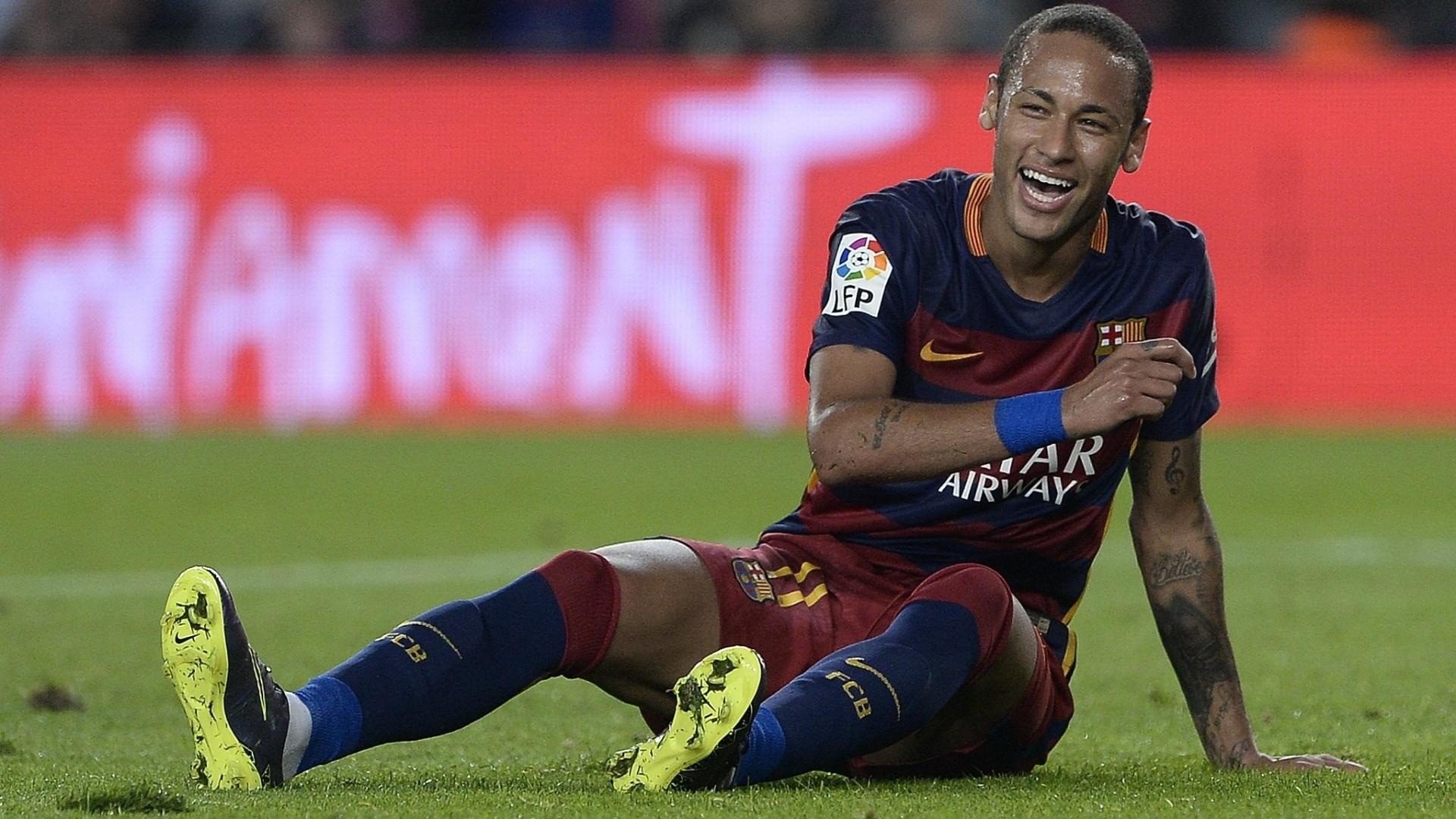 Neymar sorri após sofrer falta na partida contra o Rayo Vallecano