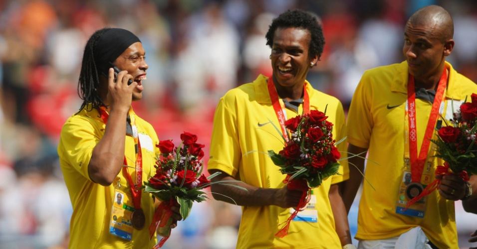 Ronaldinho, Jô e Alex Silva recebem a medalha de bronze, em 2008, na China