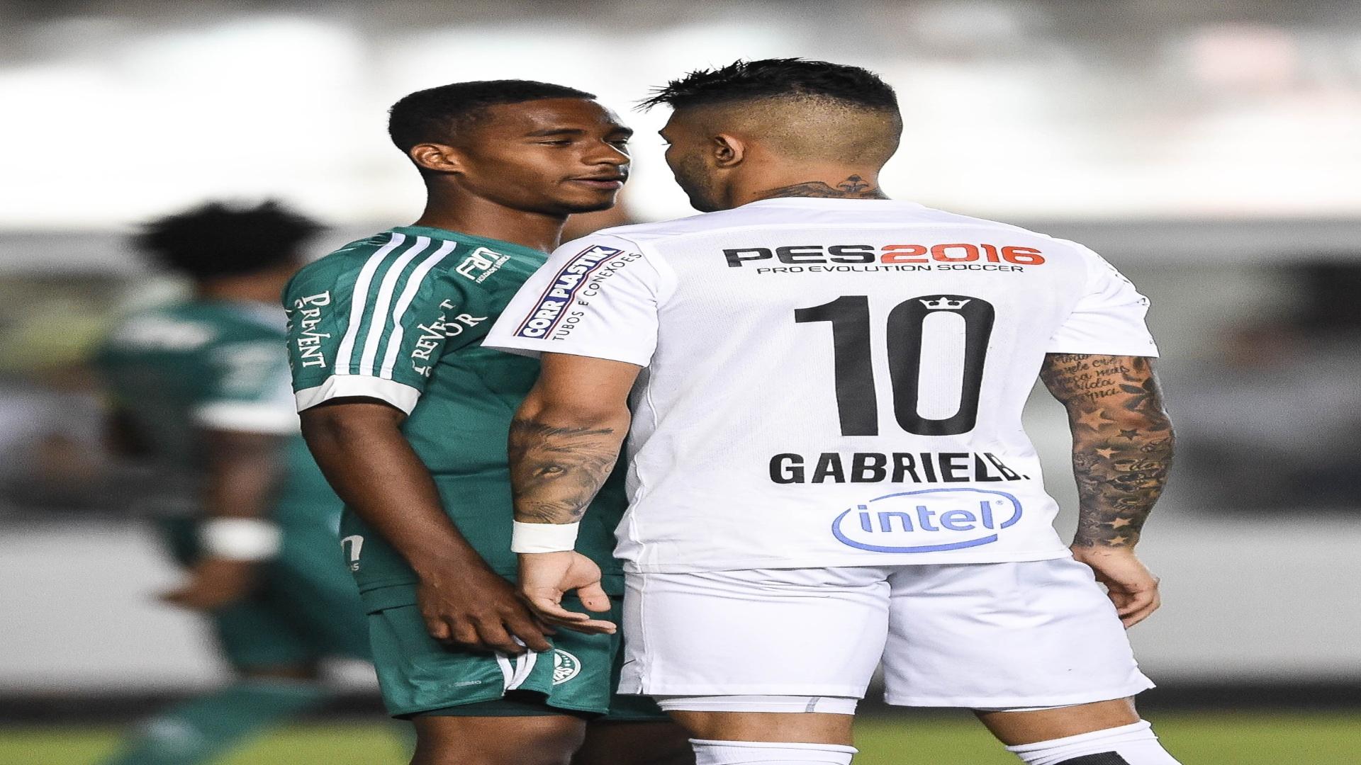 Gabigol e Matheus Sales, do Palmeiras, discutem em campo, em jogo tenso