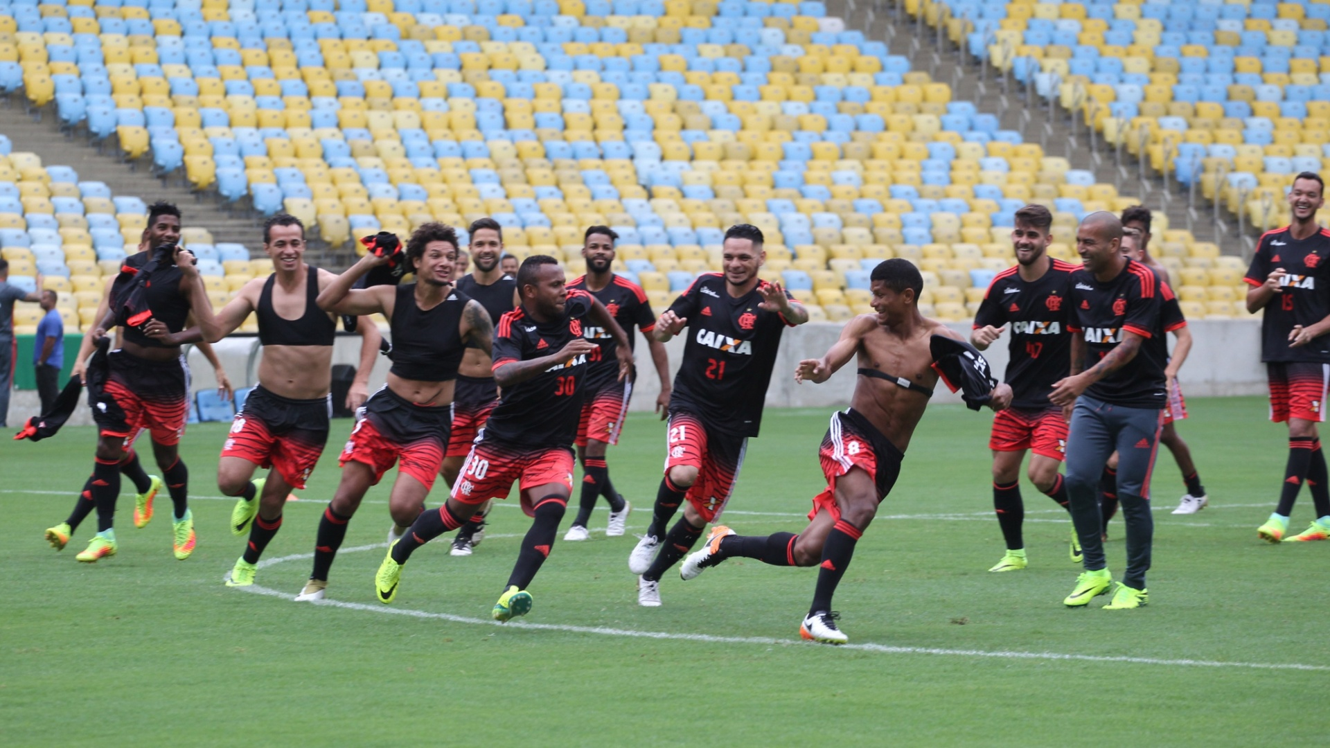 A descontração dos jogadores do Flamengo no treino de reconhecimento do Maracanã