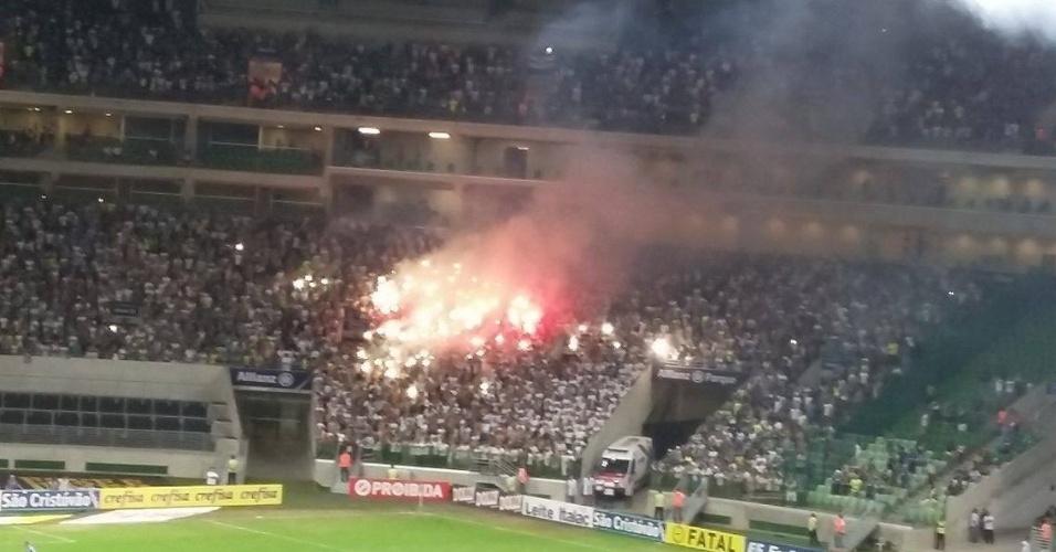Torcida do Palmeiras acende sinalizadores durante a partida contra o São Bernardo