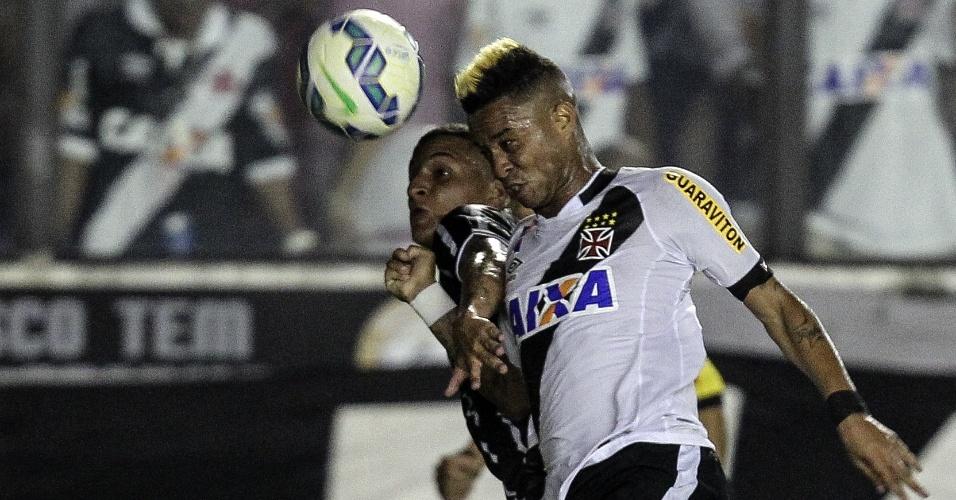 Rafael Silva disputa bola com Guilherme Arana pelo alto