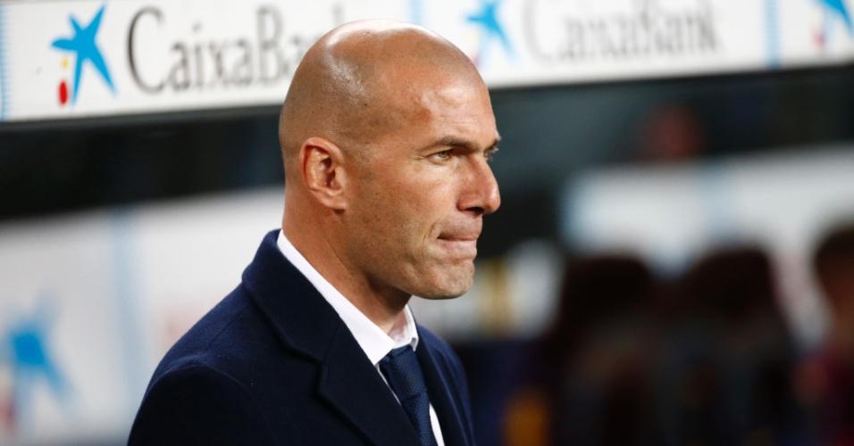 Zinedine Zidane, técnico do Real Madrid, observa o clássico contra o Barcelona no Camp Nou