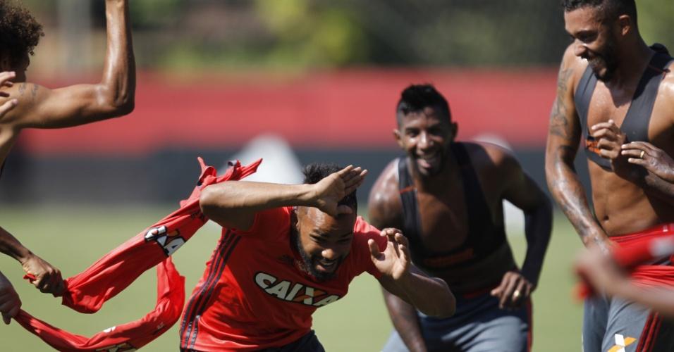O contratado Fernandinho enfrenta a brincadeira dos companheiros no ambiente tranquilo do Flamengo