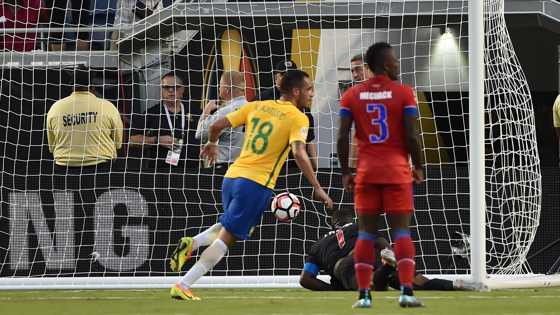 Renato Augusto faz 3 a 0 para o Brasil no primeiro tempo do jogo contra o Haiti