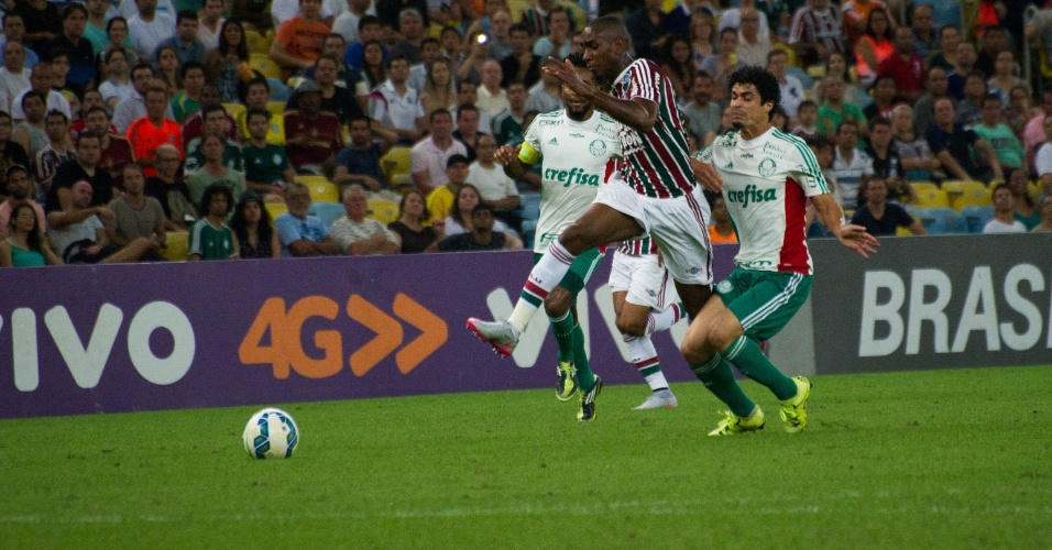 Wellington Silva disputa bola com Egídio e Zé Roberto na partida entre Fluminense e Palmeiras pelo Campeonato Brasileiro