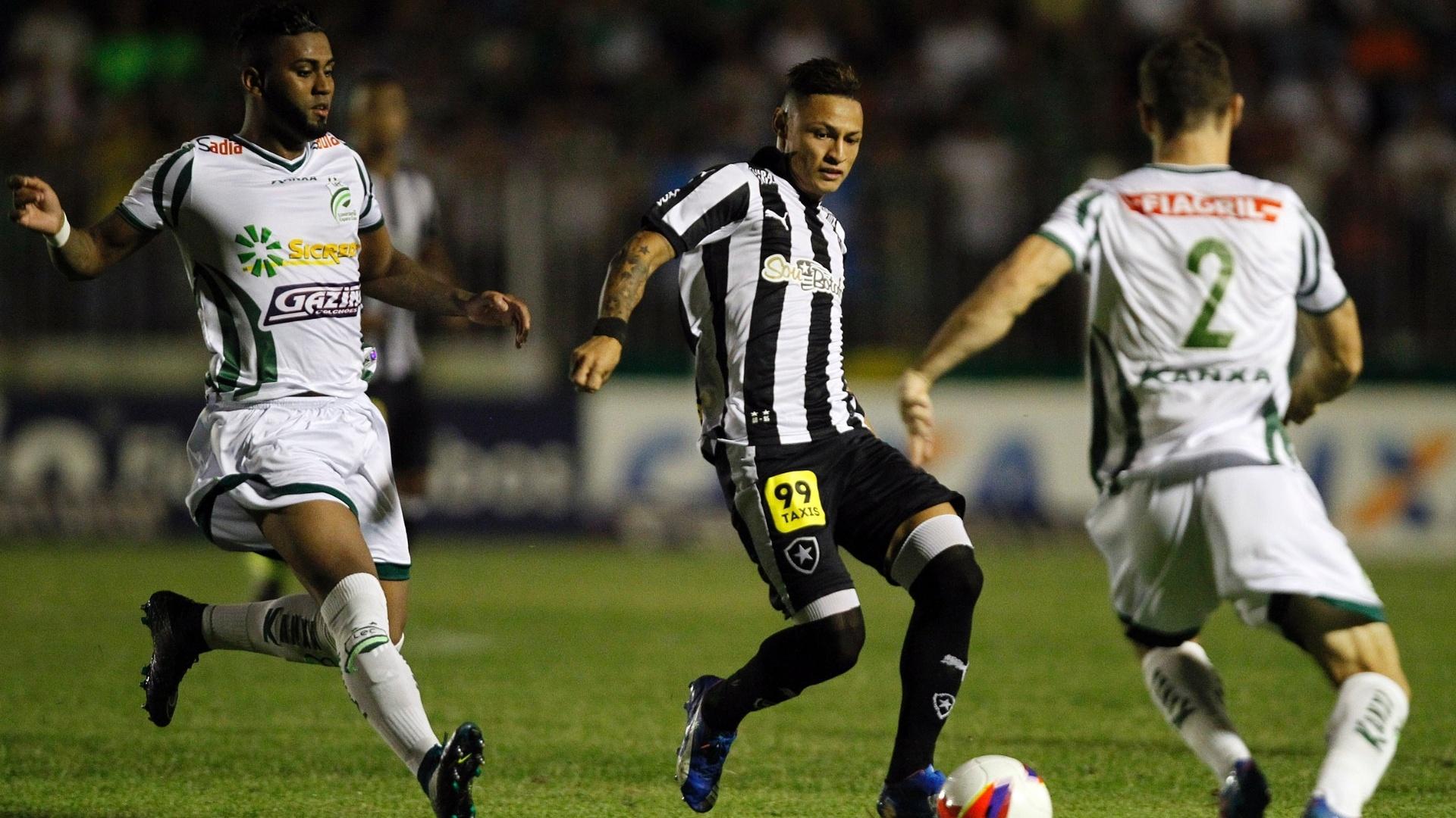 Neilton tenta armar jogada para o Botafogo contra o Luverdense pela Série B do Campeonato Brasileiro