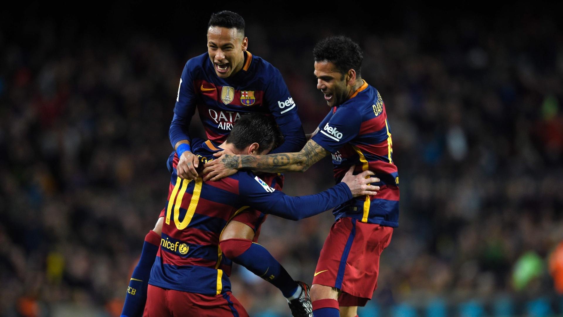 Neymar e Dani Alves abraçam Messi após o argentino abrir o placar para o Barcelona contra o Celta de Vigo