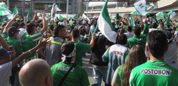 Torcida do Atlético Nacional faz festa em aeroporto em embarque do time para o Mundial
