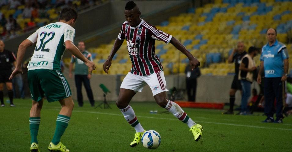 Léo Pelé parte para cima da marcação de Lucas no confronto entre Fluminense e Palmeiras