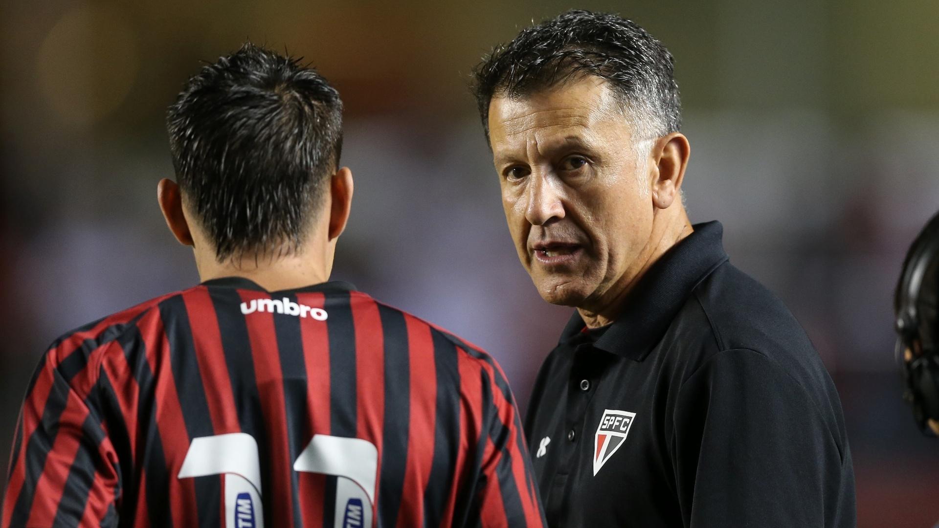 Osorio conversa antes da partida entre São Paulo e Atlético-PR, válida pelo Brasileirão