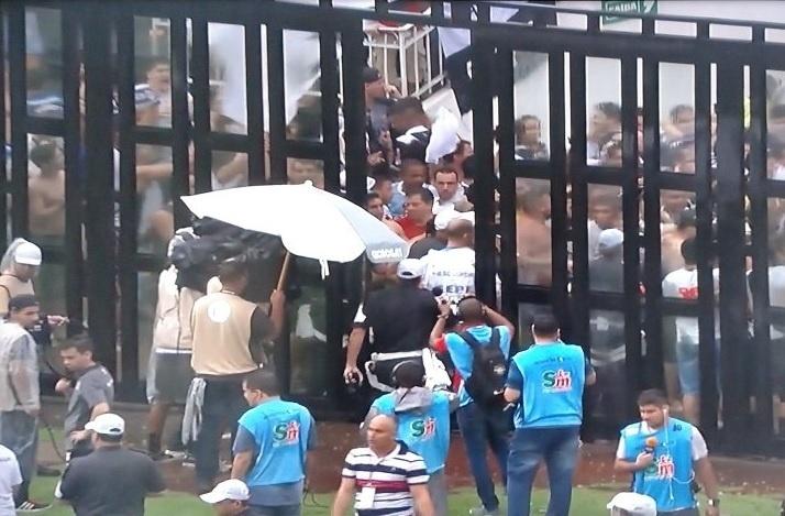 Jogadores do Vasco entram em São Januário pelo meio da torcida por conta de alagamentos